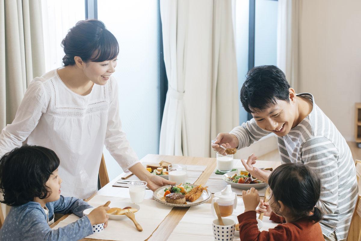 【2歳・3歳】遊び食べ、手づかみ、好き嫌い!食事のマナーや行儀をしつける方法